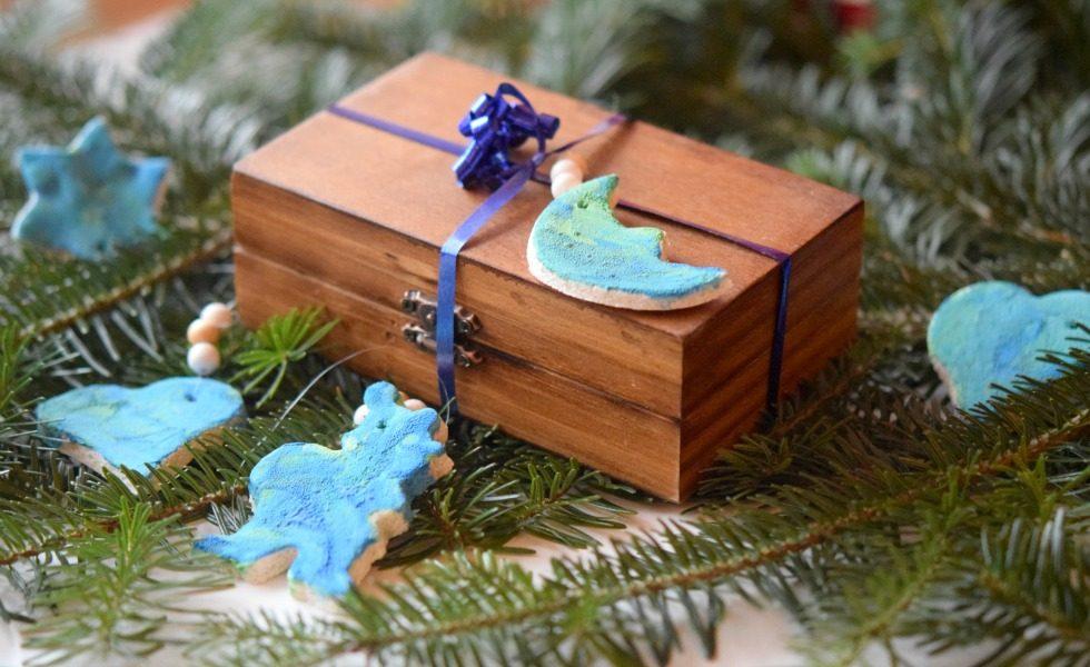 Marmorierte Geschenk- und Christbaumanhänger aus Salzteig