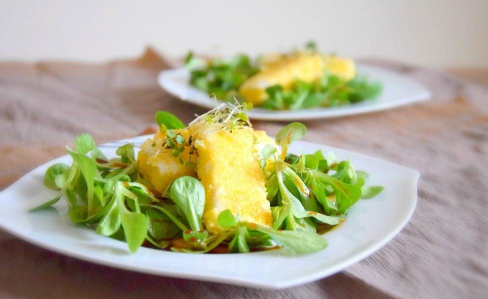 Feta in knuspriger Polentakruste auf Balsamico-Vogerlsalat
