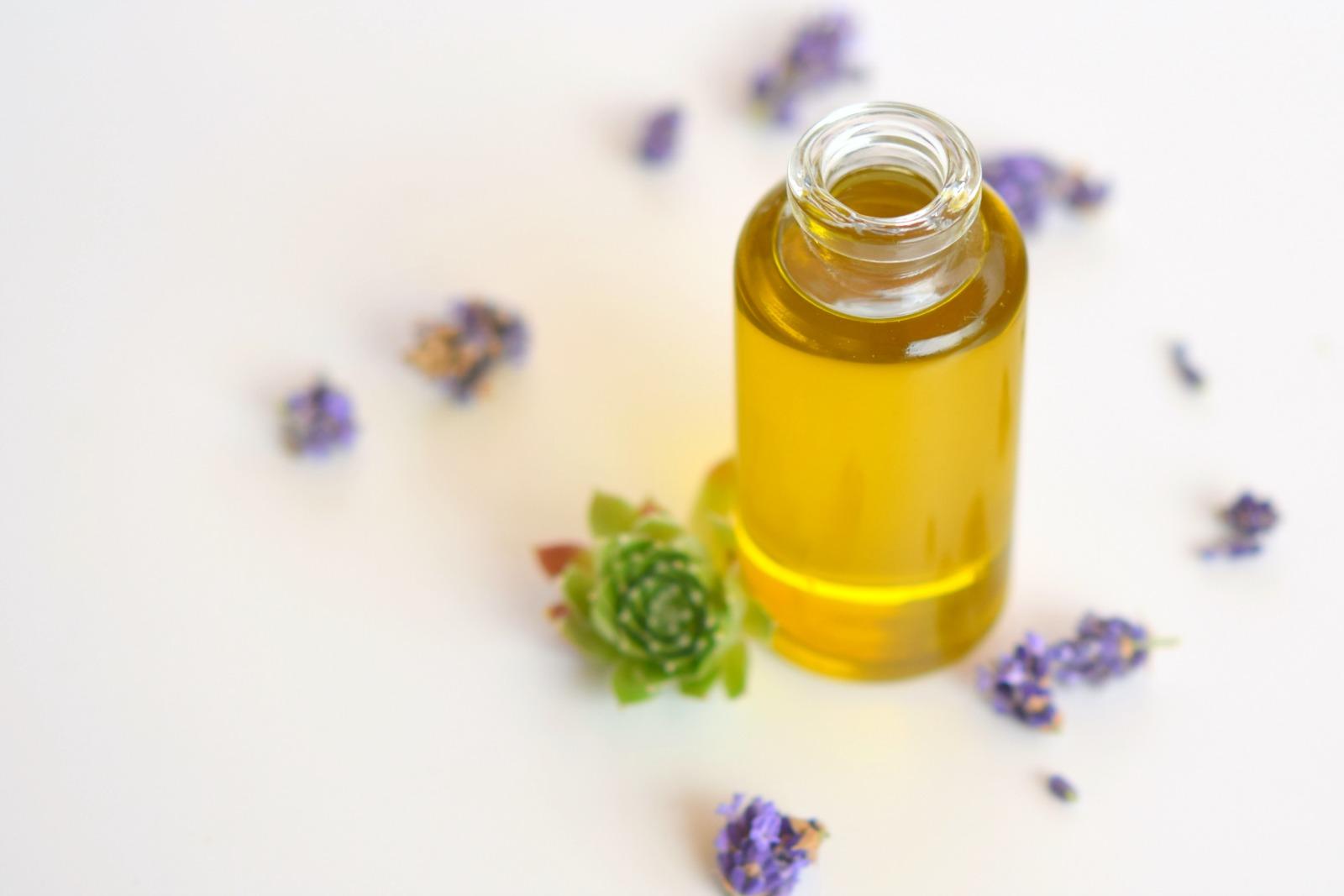 Gesichtspflegeöl mit Lavendel, Schafgarbe und Hauswurz