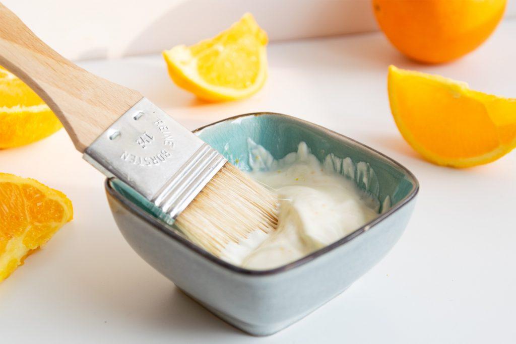Maske mit Rahm, Orangenschalen und Honig