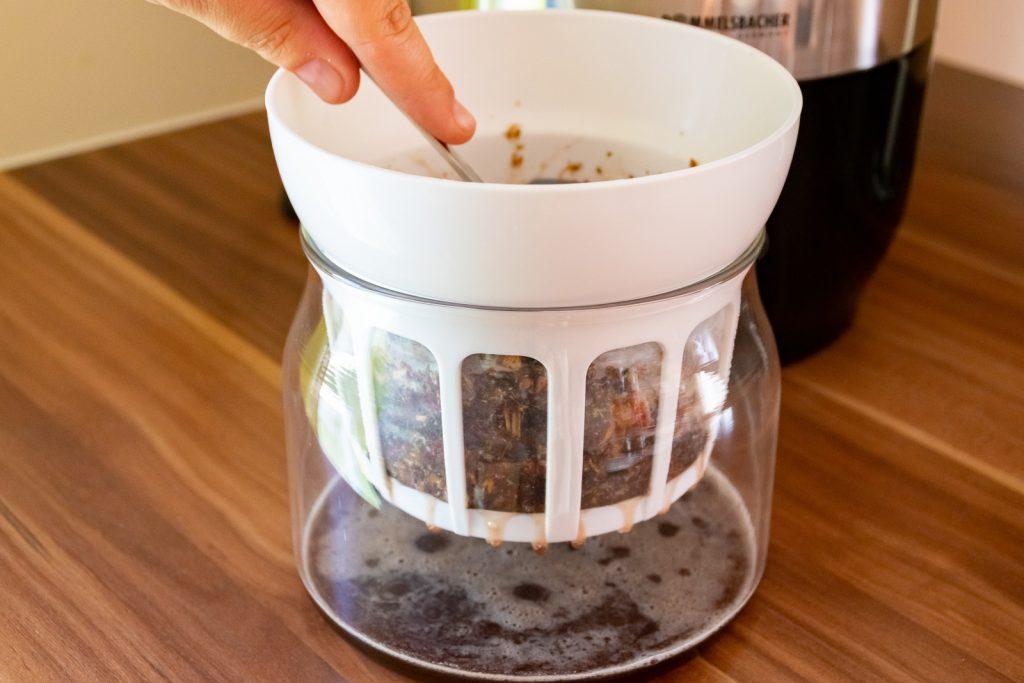 Mit dem Löffel oben leicht anpressen, dann kannst du noch mehr Glycerit ausfiltern!