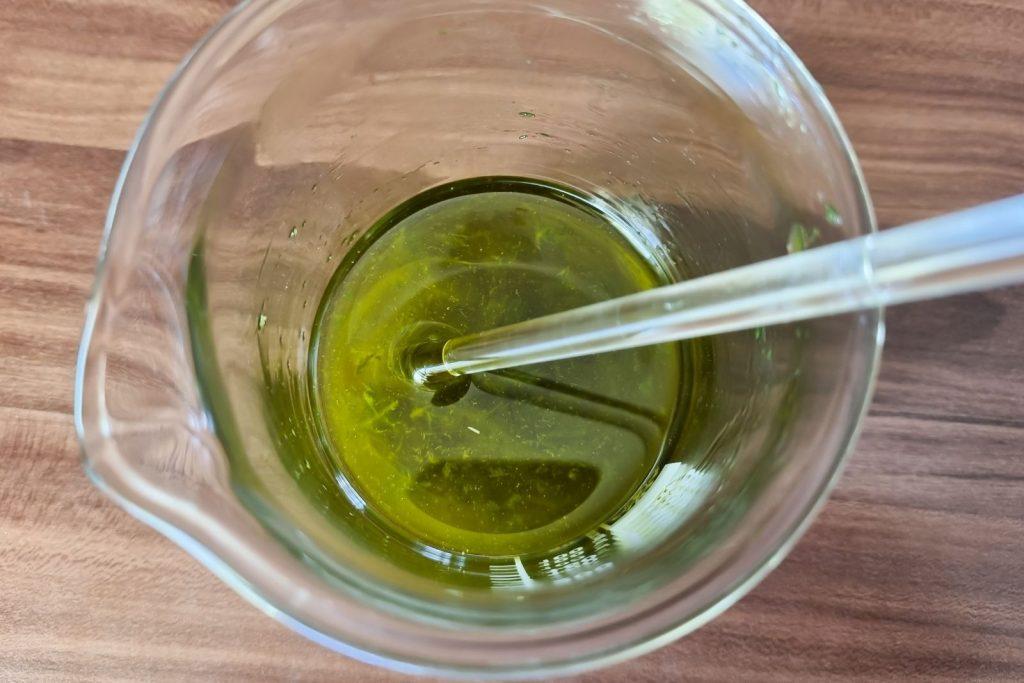 Pflanzenbrei mit dem restlichen Öl im hitzebeständigen Glas